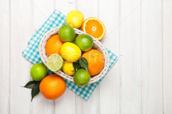 Cytrus owoce koszyka pomarańcze cytryny drewniany stół Zdjęcia stock © karandaev