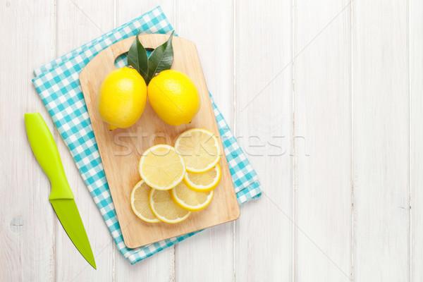 Limón tabla de cortar superior vista mesa de madera Foto stock © karandaev