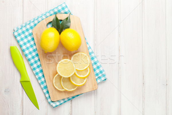 Geschnitten Zitrone Schneidebrett top Ansicht Stock foto © karandaev