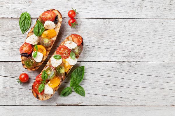 布魯斯凱塔 蕃茄 無鹽乾酪 羅勒 櫻桃番茄 商業照片 © karandaev