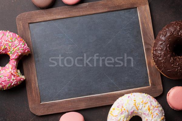 Tábla színes fánkok kő asztal felső Stock fotó © karandaev