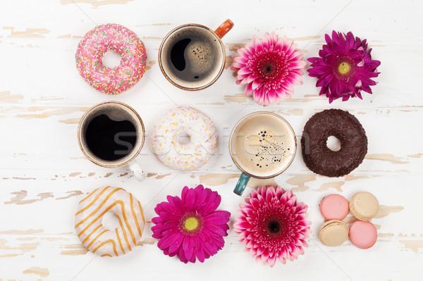 Stockfoto: Koffiekopjes · donuts · bloemen · witte · houten · tafel · top