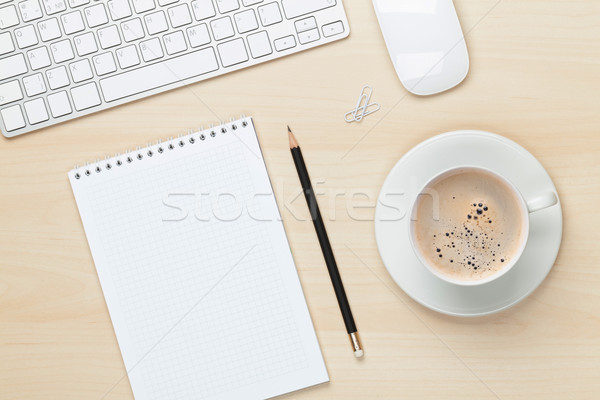 Bureau table notepad ordinateur tasse de café Photo stock © karandaev