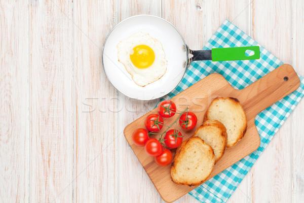 Saudável café da manhã ovo frito tomates branco mesa de madeira Foto stock © karandaev
