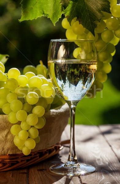 Fehérbor szőlő szőlő köteg kert asztal Stock fotó © karandaev