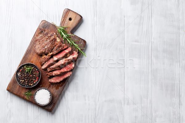Grillezett bifsztek fűszer vágódeszka felső kilátás Stock fotó © karandaev