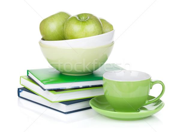 Stok fotoğraf: Olgun · yeşil · elma · kahve · fincanı · kitaplar · yalıtılmış