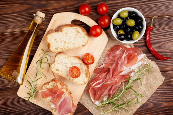 Bruschetta ingrediënten prosciutto olijven tomaten top Stockfoto © karandaev