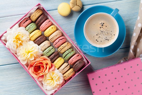 Colorido café dulce macarons mesa de madera caja de regalo Foto stock © karandaev