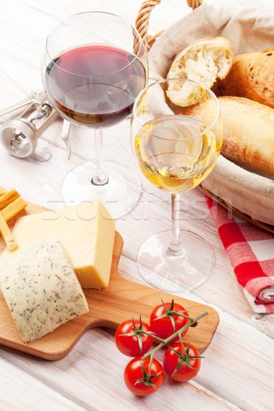 Foto stock: Branco · vinho · tinto · queijo · pão · mesa · de · madeira · comida