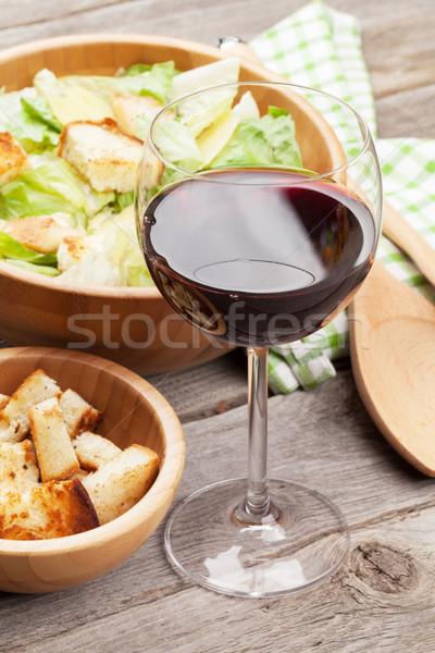 Rode wijn glas caesar salade houten tafel wijn tabel Stockfoto © karandaev