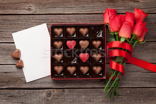 Walentynki red roses czekolady kartkę z życzeniami serca polu Zdjęcia stock © karandaev