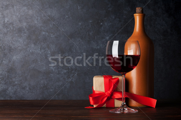 Foto stock: Día · de · san · valentín · tarjeta · de · felicitación · vino · tinto · botella · caja · de · regalo · mesa · de · madera