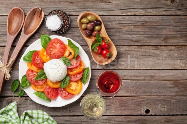 卡普雷塞沙拉 蕃茄 羅勒 無鹽乾酪 酒 玫瑰 商業照片 © karandaev
