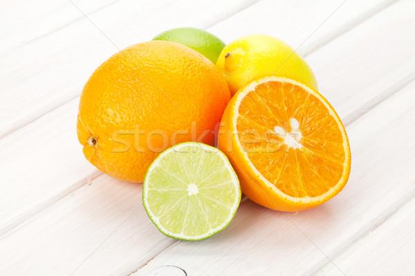 Foto stock: Cítrico · frutas · laranjas · limões · mesa · de · madeira · madeira