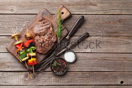 Gegrild biefstuk rosmarijn zout peper houten tafel Stockfoto © karandaev