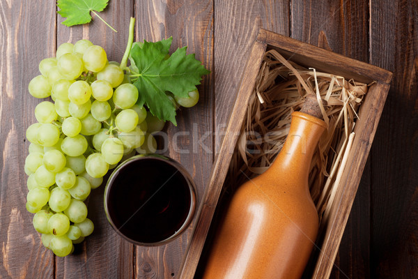 Stok fotoğraf: şarap · şişesi · üzüm · ahşap · masa · üst · görmek · şarap