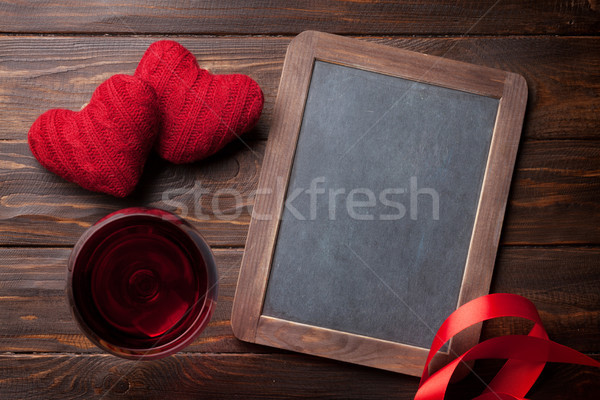 Foto stock: Día · de · san · valentín · tarjeta · de · felicitación · vino · tinto · corazón · juguete · mesa · de · madera