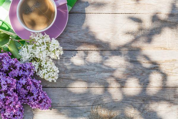 Сток-фото: чашку · кофе · красочный · сирень · цветы · саду · таблице