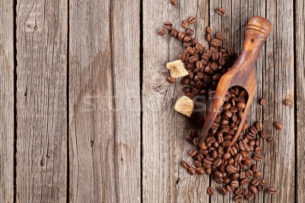 Grains de café cassonade table en bois haut vue espace de copie Photo stock © karandaev