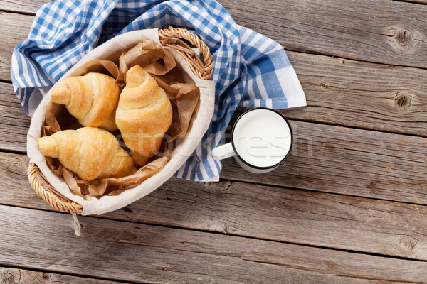 Frescos croissants leche cesta mesa de madera superior Foto stock © karandaev