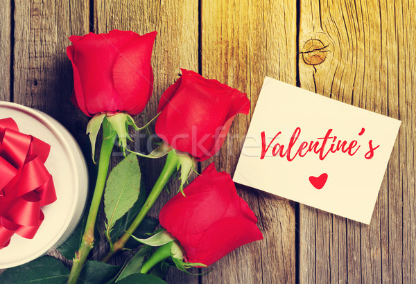 Rose rosse san valentino biglietto d'auguri scatola regalo top view Foto d'archivio © karandaev