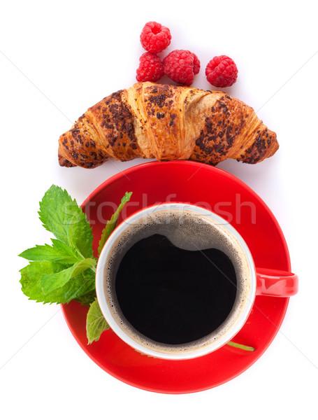 Beker koffie vers croissant bessen geïsoleerd Stockfoto © karandaev