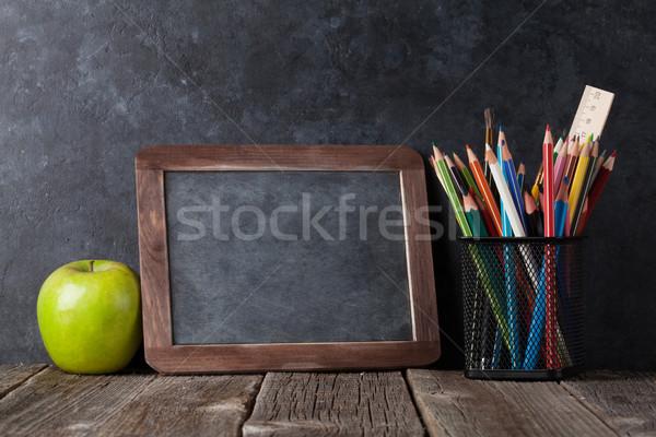 Zdjęcia stock: Jabłko · kredy · pokładzie · tekst · powrót · do · szkoły