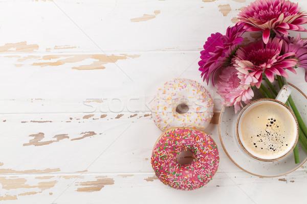 Kahve fincanı çiçekler beyaz ahşap masa üst Stok fotoğraf © karandaev