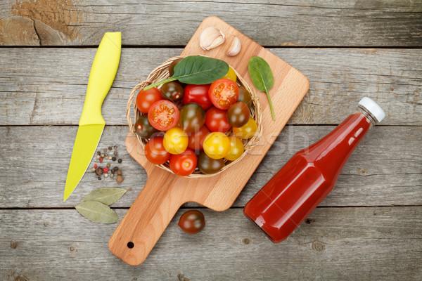 Koktélparadicsom vágódeszka ketchup üveg fa asztal fa Stock fotó © karandaev