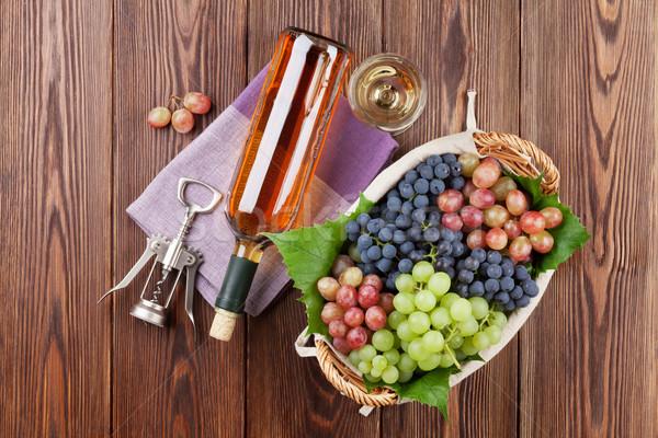 Foto stock: Vinho · branco · uvas · vidro · garrafa · colorido · mesa · de · madeira