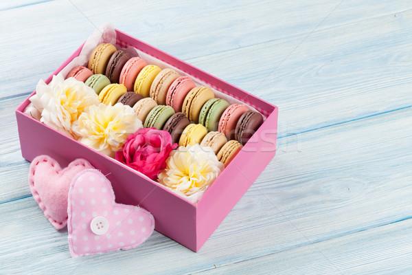 Colorido doce macarons mesa de madeira caixa de presente corações Foto stock © karandaev