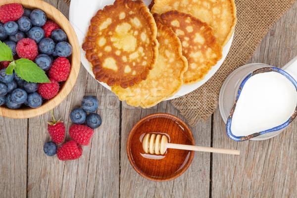 Palacsinták málna áfonya tej méz szirup Stock fotó © karandaev