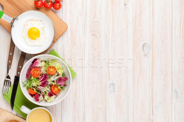 Saudável café da manhã ovo frito salada branco mesa de madeira Foto stock © karandaev