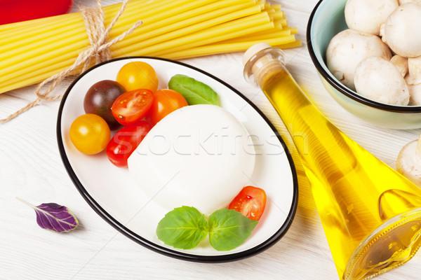 ストックフォト: トマト · バジル · オリーブオイル · 木製のテーブル · 葉