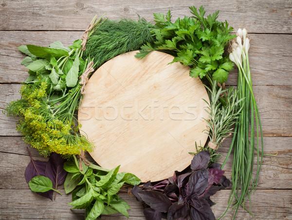 Fraîches jardin herbes planche à découper table en bois haut Photo stock © karandaev
