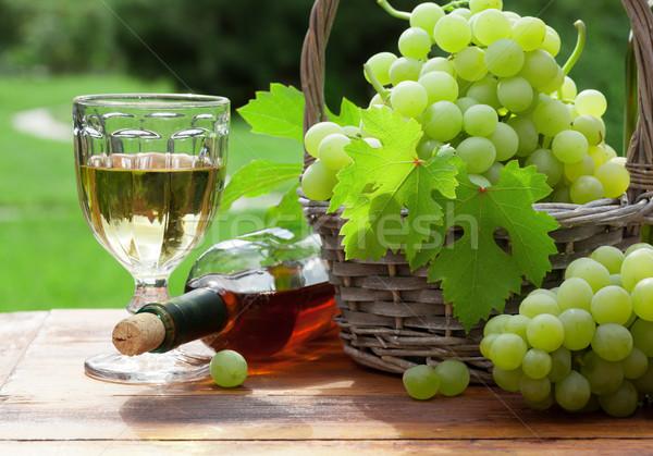 Branco uva garrafa vidro vinho mesa de madeira Foto stock © karandaev