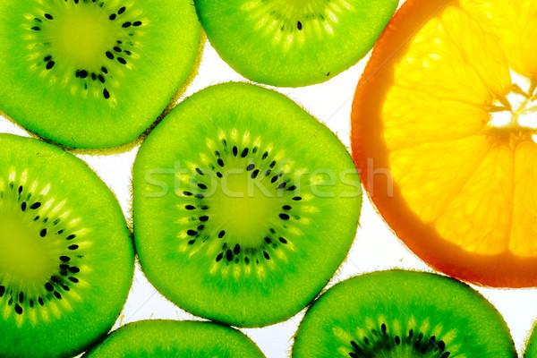 Verde kiwi um fatia de laranja laranja fatias Foto stock © karandaev