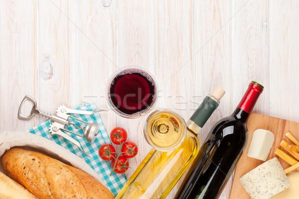 Witte rode wijn bril kaas brood houten tafel Stockfoto © karandaev