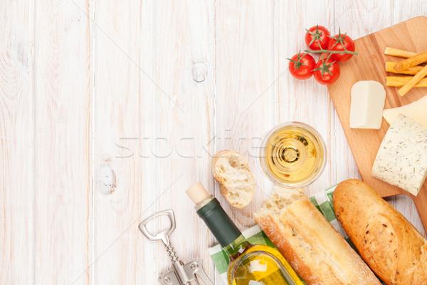 Beyaz şarap peynir ekmek beyaz ahşap masa üst Stok fotoğraf © karandaev