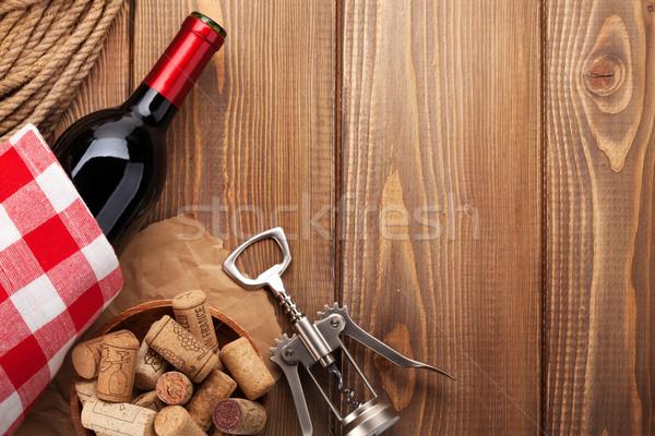 Vino tinto botella sacacorchos mesa de madera superior vista Foto stock © karandaev