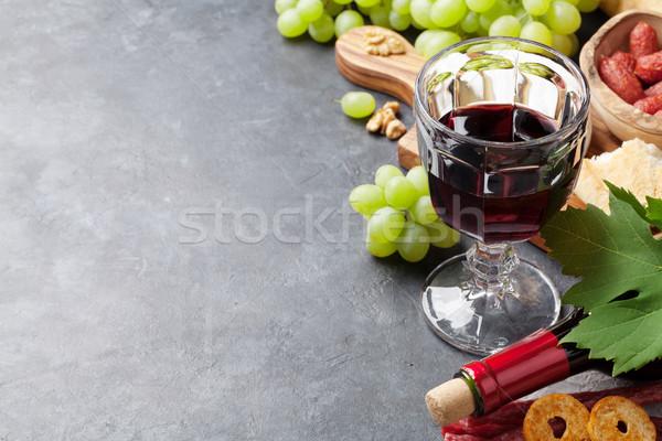 Bor szőlő sajt kolbászok vörösbor kenyér Stock fotó © karandaev