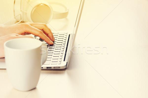 ストックフォト: 女性 · 作業 · ノートパソコン · 手 · 入力 · キーボード