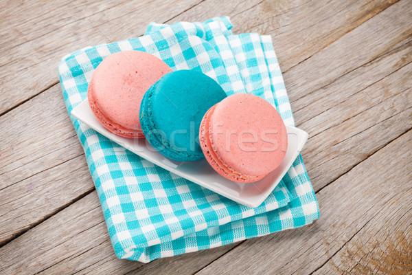 Coloré macaron cookies table en bois bleu plaque Photo stock © karandaev