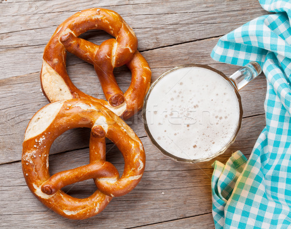 Cerveja caneca pretzel mesa de madeira topo ver Foto stock © karandaev