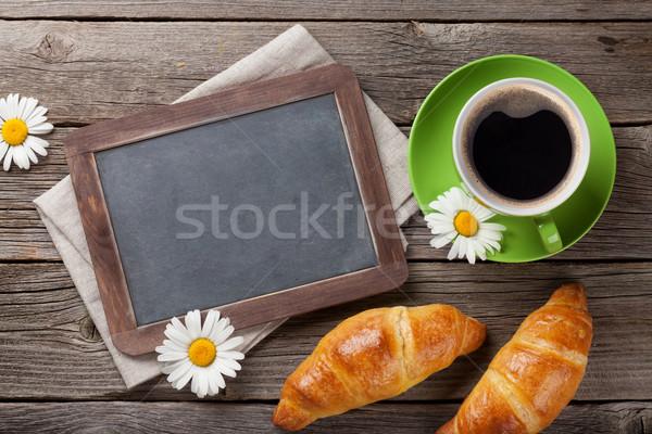 Iskolatábla croissantok kávéscsésze szöveg virágok felső Stock fotó © karandaev