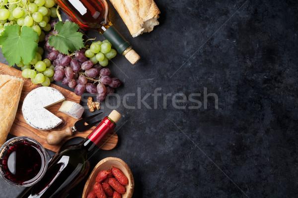 Foto stock: Rojo · vino · blanco · de · uva · queso · salchichas · botellas