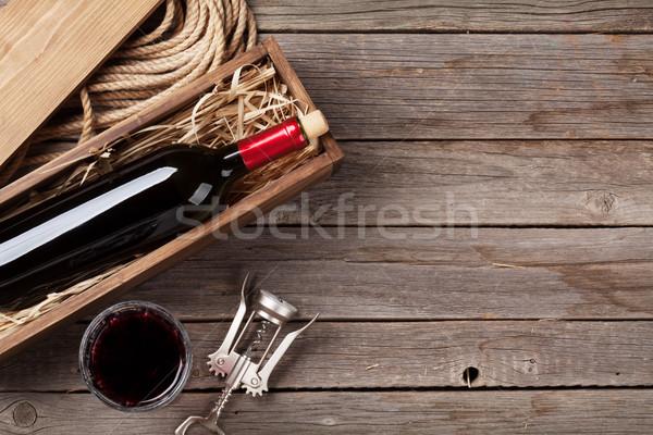 Vino rosso bottiglia vetro tavolo in legno top view Foto d'archivio © karandaev