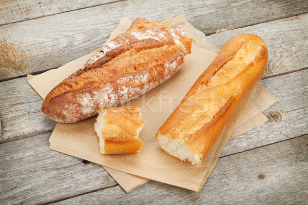 Pane francese tavolo in legno carta alimentare legno pane Foto d'archivio © karandaev