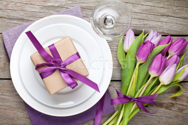 Pourpre tulipe bouquet plaque coffret cadeau table en bois Photo stock © karandaev